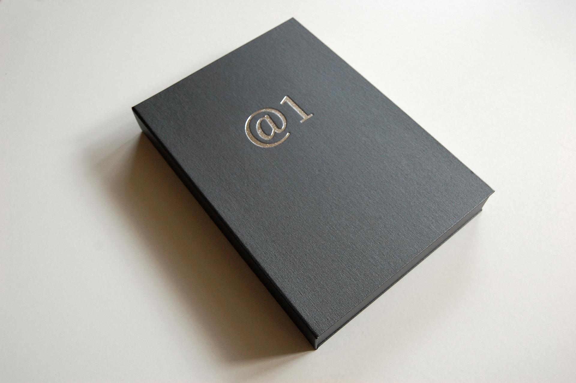 Ausstellungsansicht Anagramm@1 von Stefan Zoellner, Sammlung Siepermann, Detail Buchcassette
