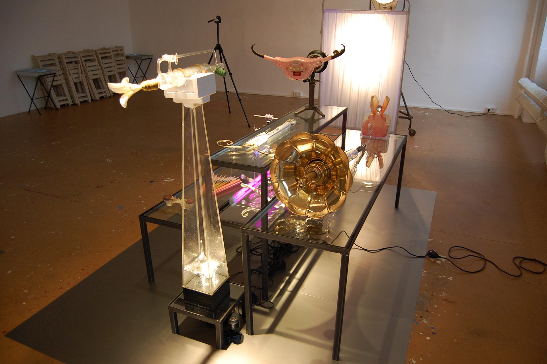 Ausstellungsansicht Anagramm@1 von Stefan Zoellner, Sammlung Siepermann, Gabentische