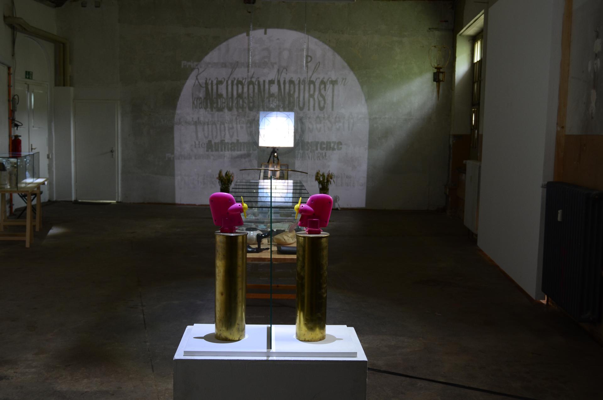 Ausstellungsansicht Synestheticon von Stefan Zoellner, Blick auf Syllogismus und Omegasimulator