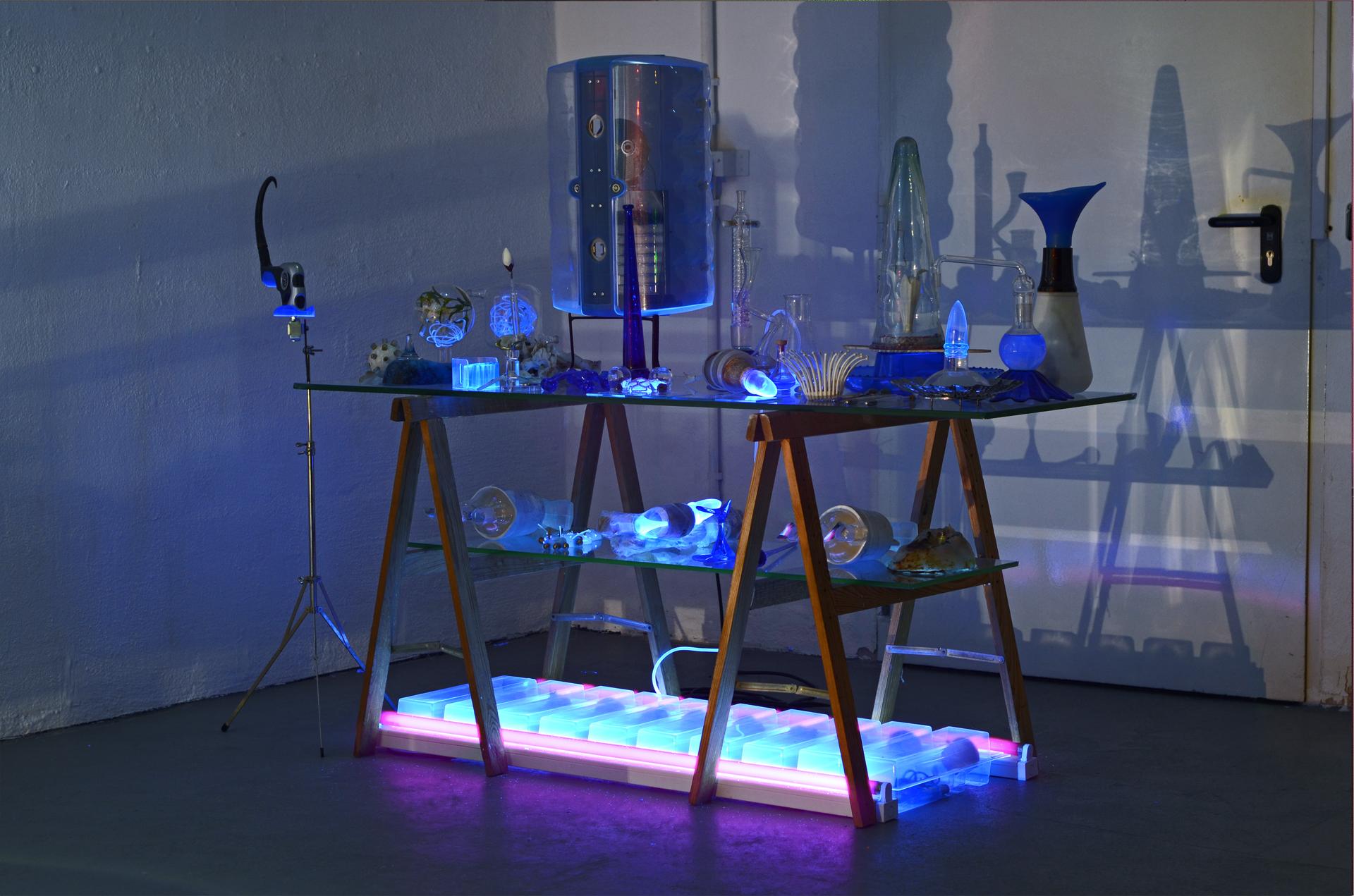 Ausstellungsansicht der Installation Transnature von Stefan Zoellner im Saarländischen Künstlerhaus | Blauer Labortisch