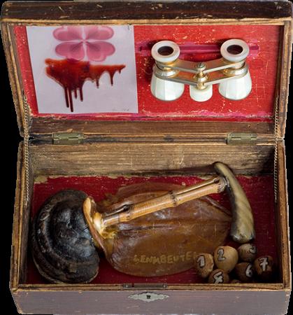 Pan, Koffer mit Objekten von Stefan Zoellner